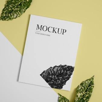 Bovenaanzicht natuur tijdschriftdekking mock-up met bladeren arrangement