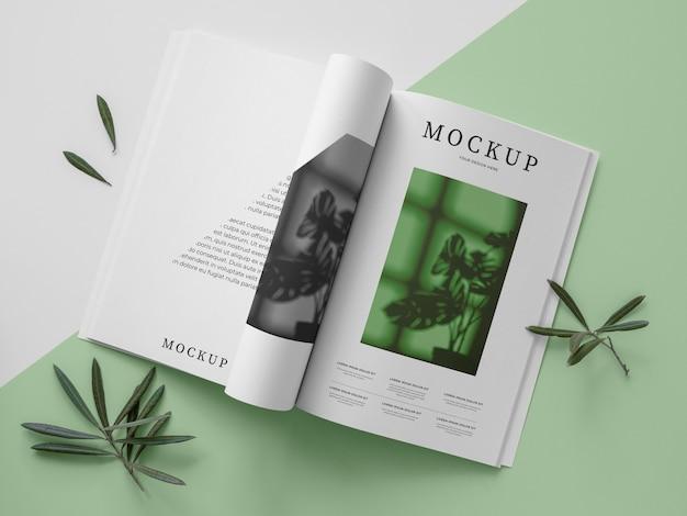 Bovenaanzicht natuur tijdschriftdekking mock-up met bladeren