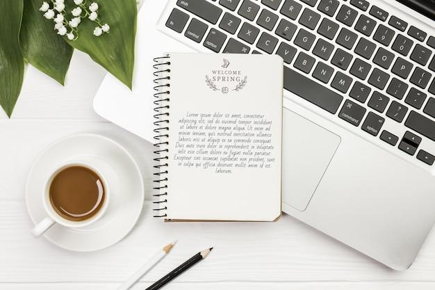 Bovenaanzicht notebook bovenop laptop concept