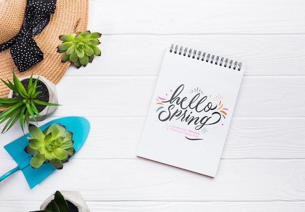 Bovenaanzicht notebook en blauwe schop