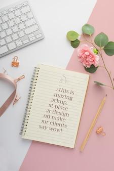 Bovenaanzicht notebook en bloem