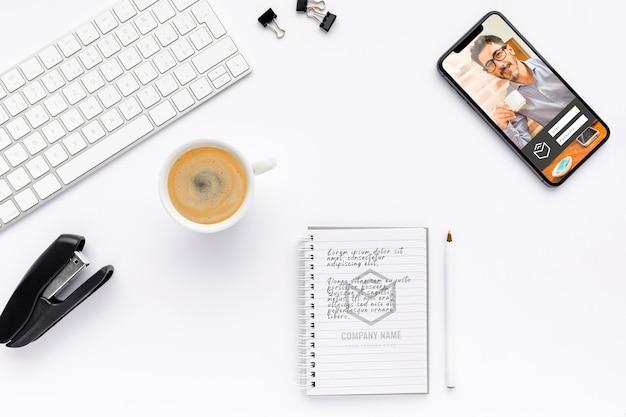 Bovenaanzicht notebook en telefoon mock-up