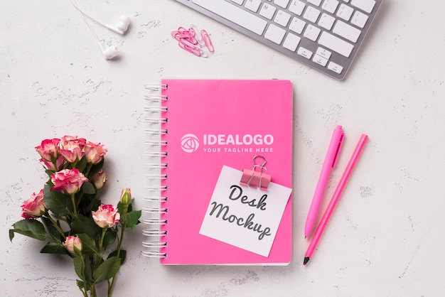 Bovenaanzicht notebook mock-up en briefpapier in de buurt van toetsenbord en rozen