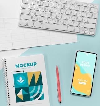 Bovenaanzicht notebook naast mobiel