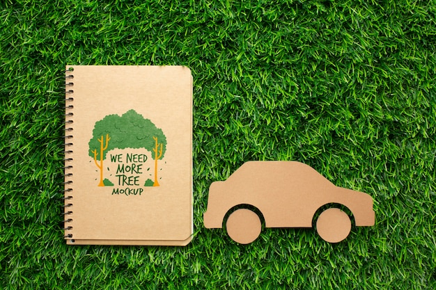 Bovenaanzicht notebookmodel en papieren auto