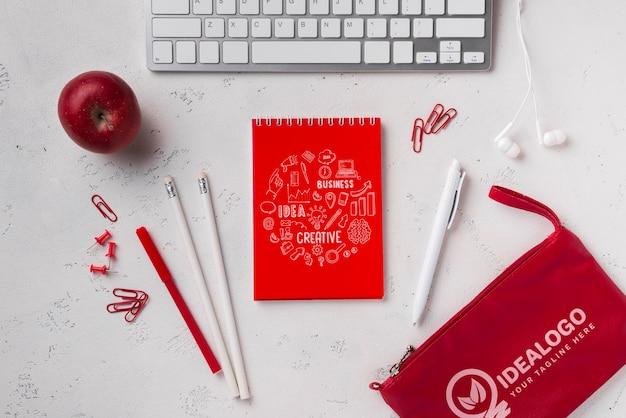 Bovenaanzicht notebookmodel in de buurt van toetsenbord