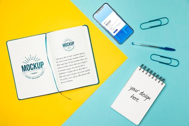 Bovenaanzicht notebooks en smartphone