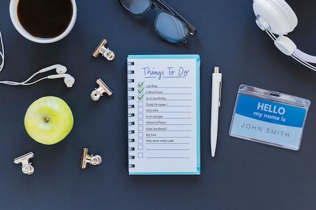 Bovenaanzicht notitieblok met lijst op het bureau