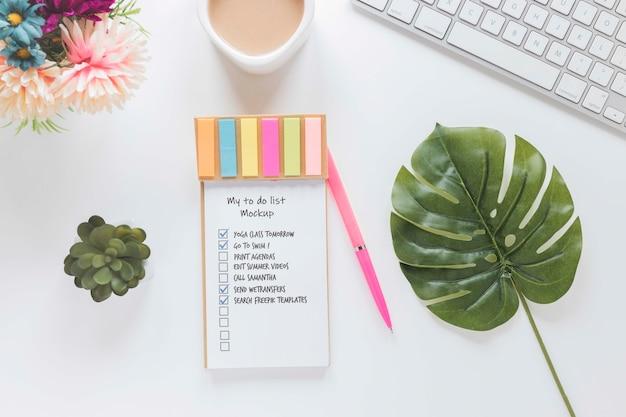 Bovenaanzicht notitieblok met takenlijst en koffie