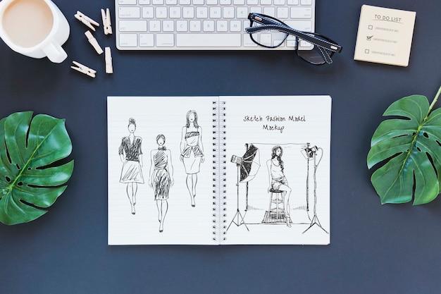 Bovenaanzicht notitieblok met tekening op het bureau