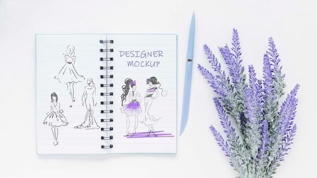 Bovenaanzicht notitieblok met tekeningen en plant