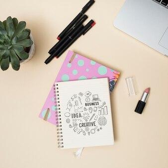 Bovenaanzicht notitieboek met pennen