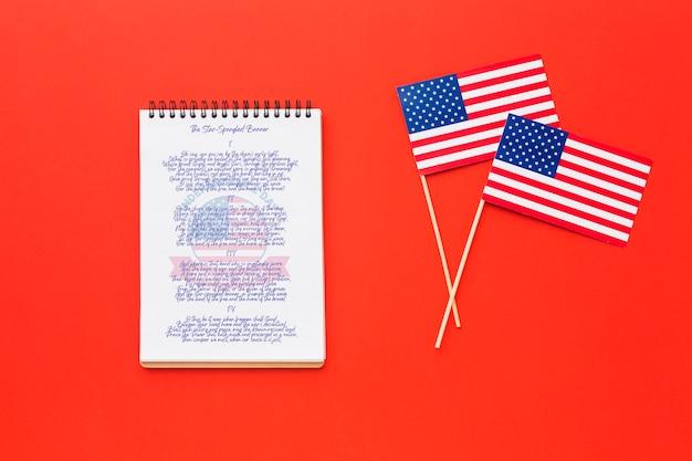 Bovenaanzicht onafhankelijkheidsdag vlaggen met mock-up