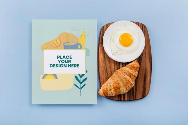 Bovenaanzicht op mockup-ontwerp voor kookboeken in de buurt van gebak