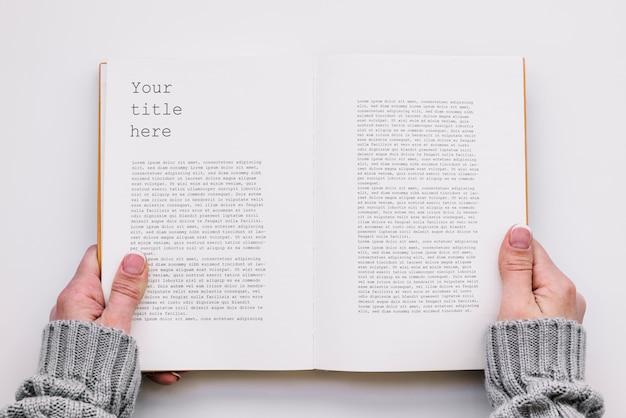 Bovenaanzicht open boek mockup