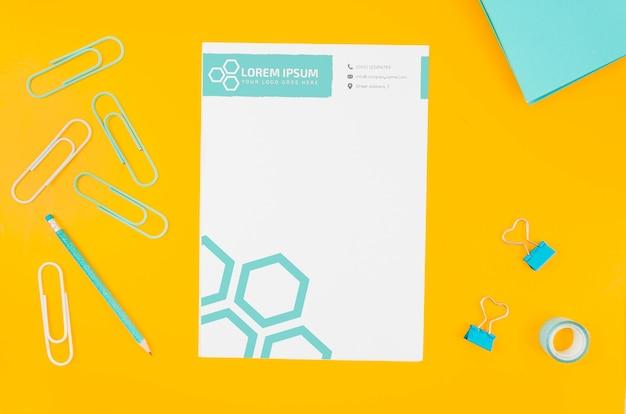 Bovenaanzicht papier mock-up op gele achtergrond