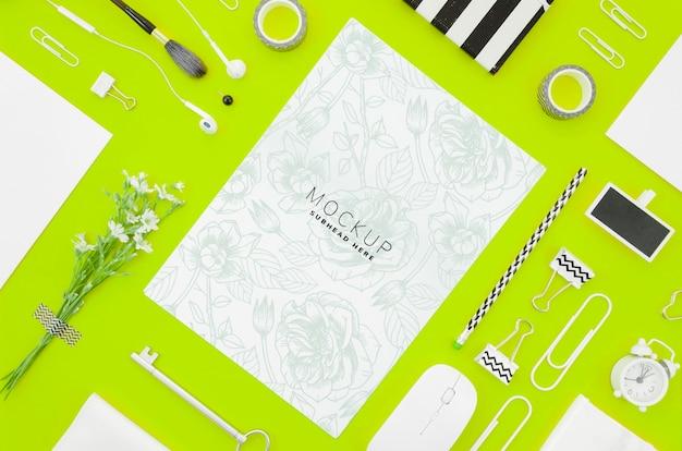 Bovenaanzicht papier mock-up op groene achtergrond