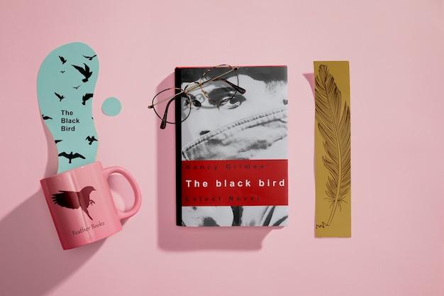 Bovenaanzicht redactioneel boek met bladwijzers