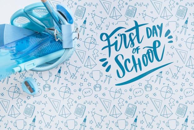 Bovenaanzicht regeling met blauwe schoolbenodigdheden
