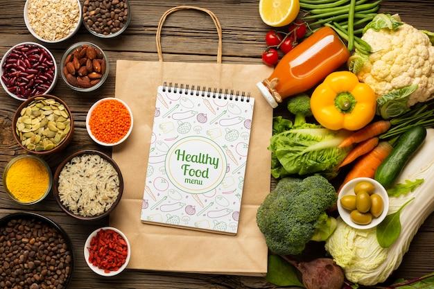 Bovenaanzicht regeling van gezonde natuurvoeding en papieren zakken