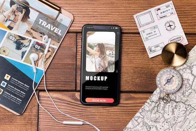 Bovenaanzicht reismodel en mobiele telefoon