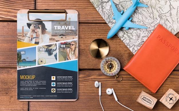 Bovenaanzicht reismodel met speelgoedvliegtuig