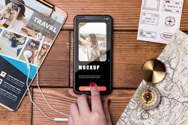 Bovenaanzicht reismodel mobiele telefoon en kompas