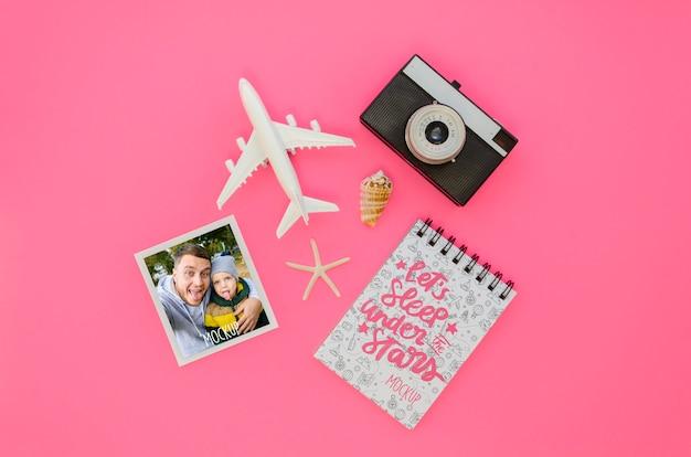 Bovenaanzicht reizen concept met vliegtuig speelgoed