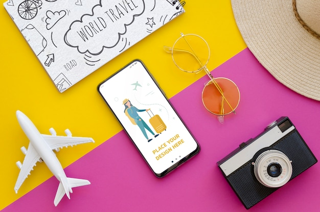 Bovenaanzicht reizend vliegtuig met retro camera en telefoon