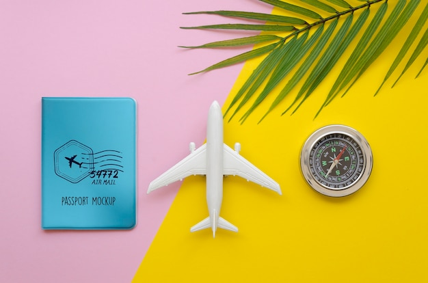 Bovenaanzicht reizende vliegtuig en kompas