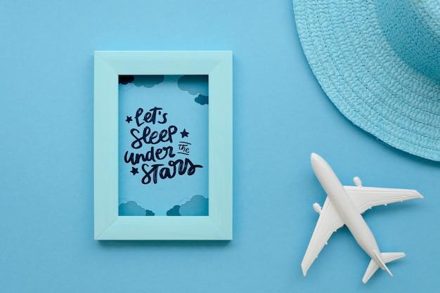 Bovenaanzicht reizende vliegtuig en zomer hoed