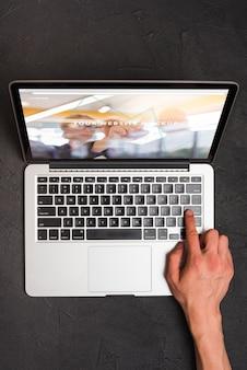 Bovenaanzicht samenstelling met laptop en kantoorbenodigdheden