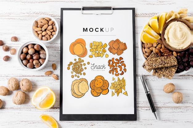 Bovenaanzicht samenstelling van snacks met klembordmodel