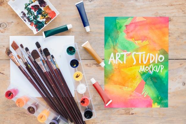 Bovenaanzicht schilderij aquarellen en penselen