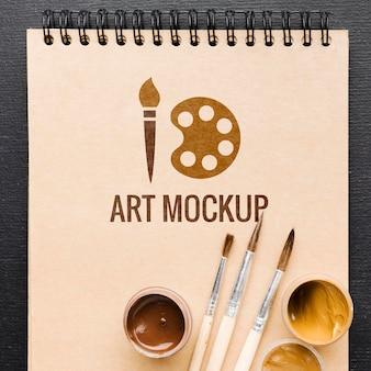 Bovenaanzicht schilderij penselen op notebook