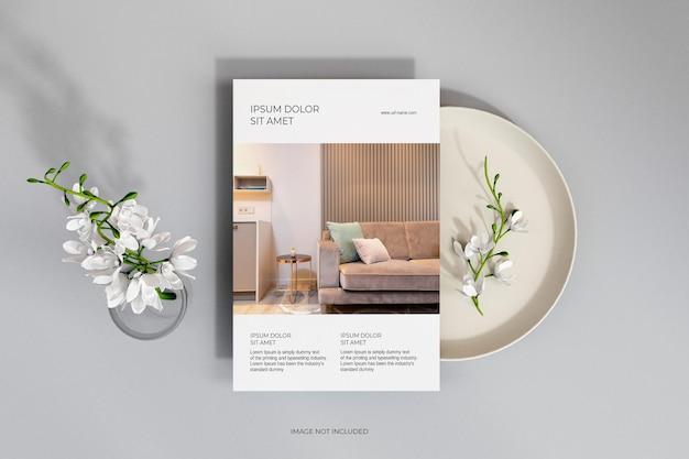 Bovenaanzicht schone minimale flyers met bloemenmodel