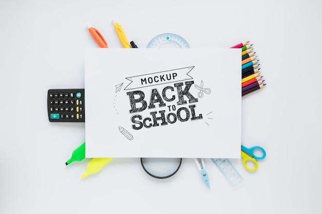 Bovenaanzicht school items op witte achtergrond