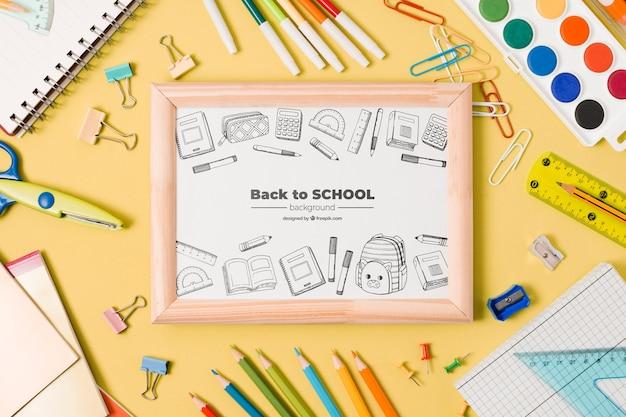 Bovenaanzicht school regeling met bord op gele achtergrond