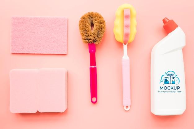 Bovenaanzicht schoonmaakproducten arrangement
