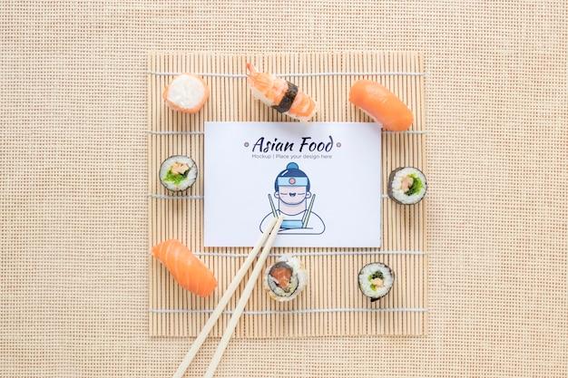 Bovenaanzicht smakelijke sushi met stokjes