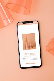 Bovenaanzicht smartphone en kopjes