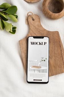 Bovenaanzicht smartphone op houten bord