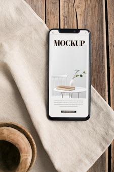 Bovenaanzicht smartphone op houten tafel