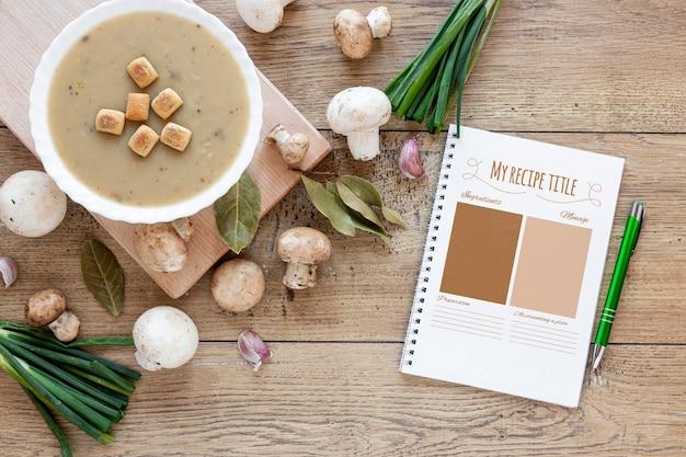 Bovenaanzicht soep met arrangement van ingrediënten en mock-up recept