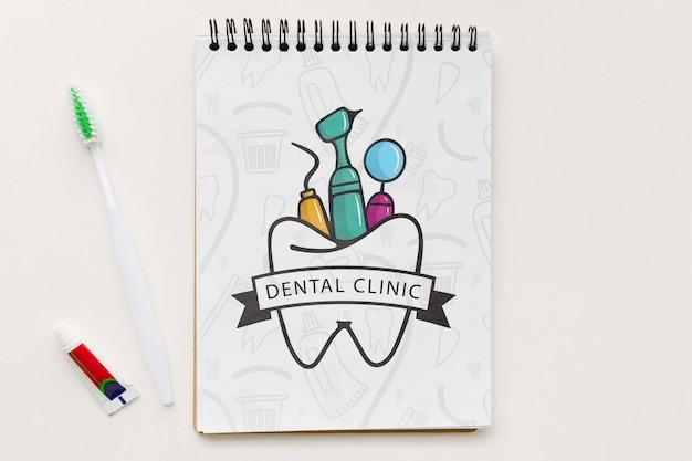 Bovenaanzicht tandheelkundige kliniek notebook met mock-up