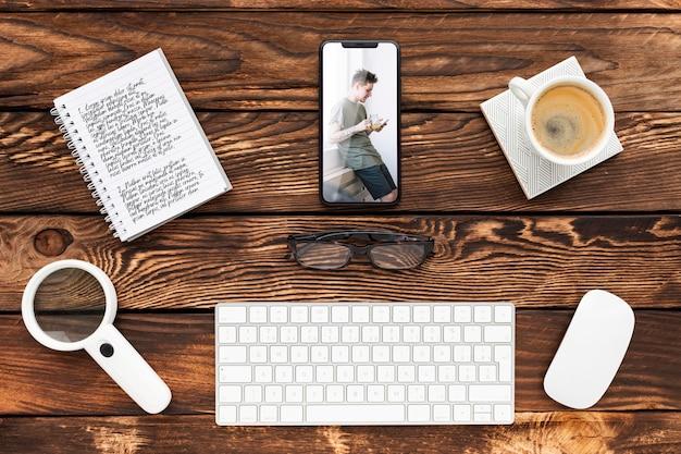 Bovenaanzicht telefoon- en notebookmodel met toetsenbord