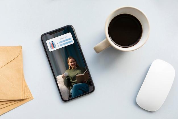 Bovenaanzicht telefoonmodel en koffie