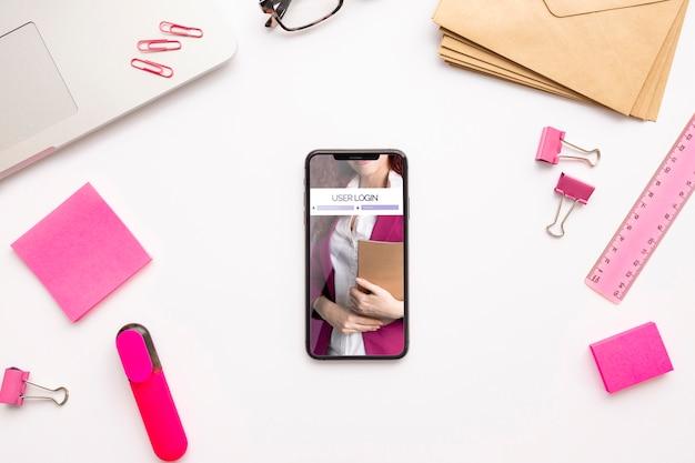 Bovenaanzicht telefoonmodel met briefpapier