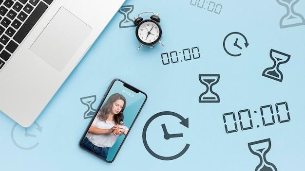 Bovenaanzicht telefoonmodel met laptop