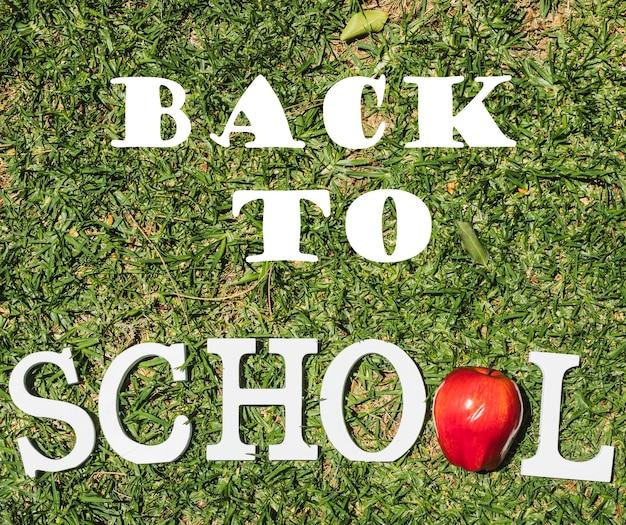 Bovenaanzicht terug naar school bericht op gras